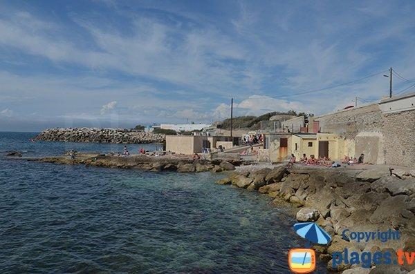 Vue de la partie droite de la plage du Bain des Dames avec le parking