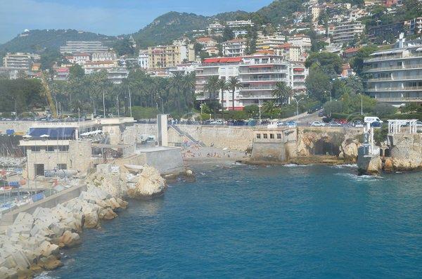 Plage à côté du port de Nice - Vue depuis la mer