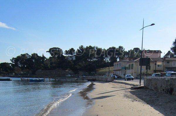 Plage de Balaguier à La Seyne sur Mer avec des pointus
