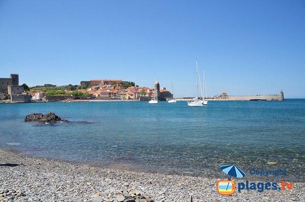 Vue sur le centre de Collioure depuis une plage