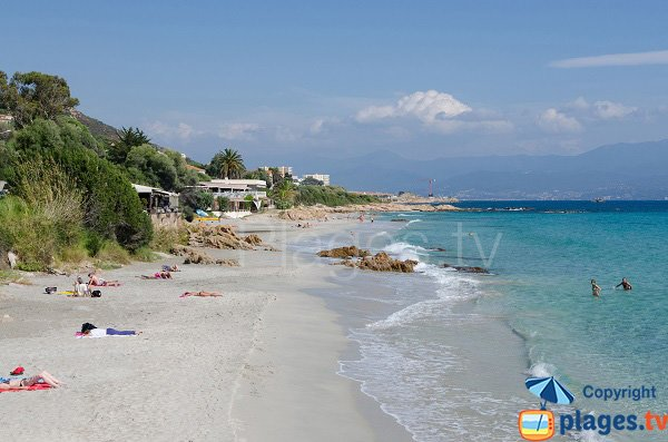 Plage de sable blanc à Ajaccio