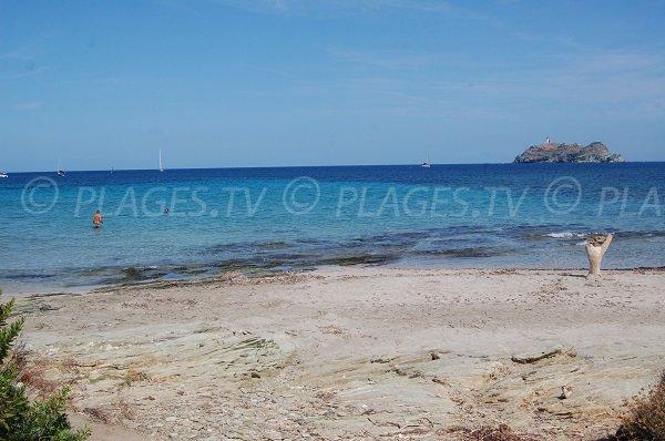 Vue sur l'ile de Giraglia depuis la plage de Barcaggio
