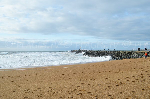 Plage de sable avec la digue de La Barre à Anglet
