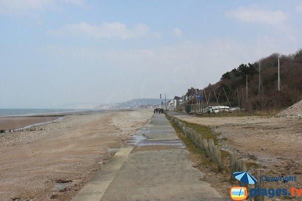 Promenade le long de la plage de la Base Nautique de Villers sur Mer