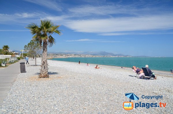 Photo of the beach of Villeneuve-Loubet with walk