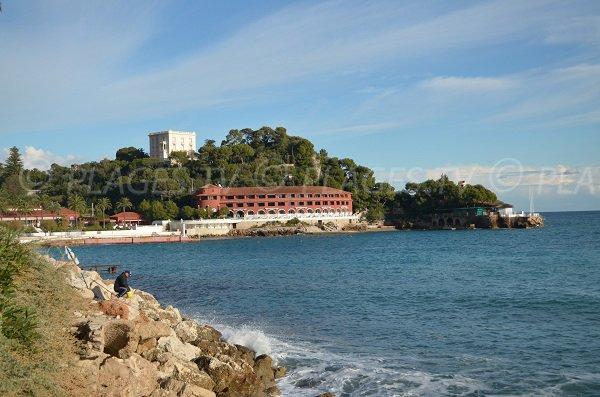 Vue sur les rochers depuis cette plage à la frontière de Monaco