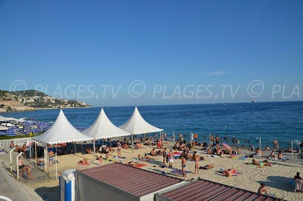 Plage de sable en été à Nice - Beau Rivage