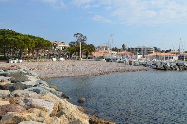 Spiaggia e il porto di Santa Lucia a St Raphael