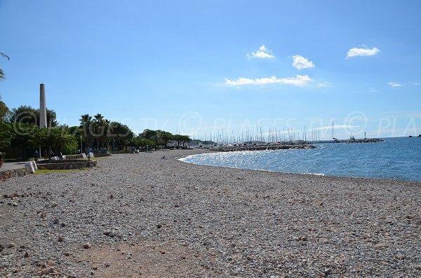 Photo de la plage de Beau Rivage de St Raphael à côté du port de Santa Lucia