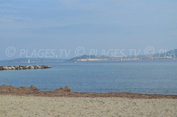 Belle vue sur Saint-Tropez depuis la plage de Beauvallon