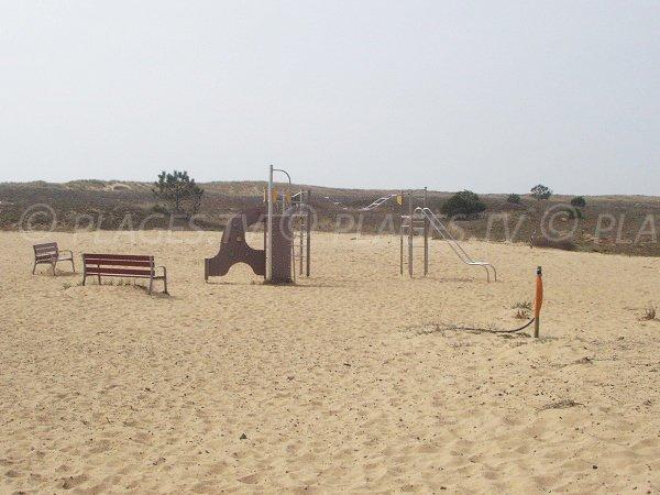 Jeux pour les enfants sur la plage de Bellugas à La Faute