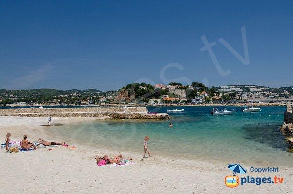 Spiaggia di sabbia sull'isola di Bendor affaccia Bandol