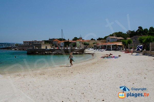 Vista del centro dell'isola di Bendor dalla spiaggia