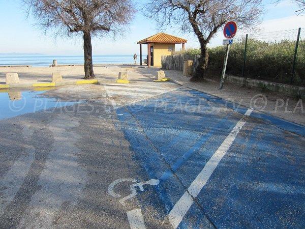 Parking pour les personnes à mobilité réduite sur la plage de la Bergerie à Hyères