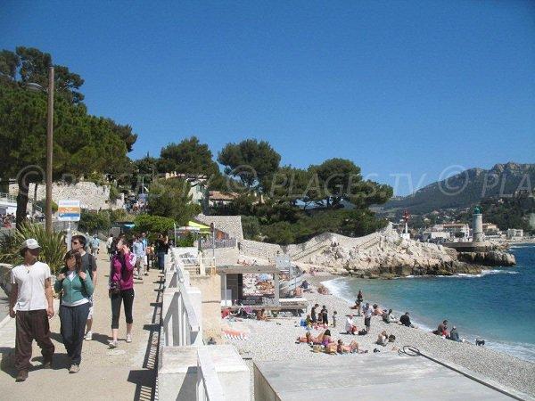Plage du Bestouan avec la promenade du front de mer de Cassis