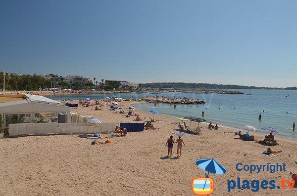 Grande plage de sable agréable à Cannes