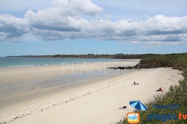 Belle plage de sable au Conquet en Bretagne