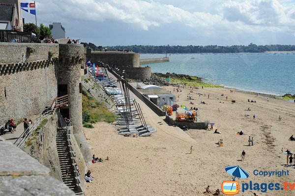Beach along the ramparts of Saint-Malo - Brittany