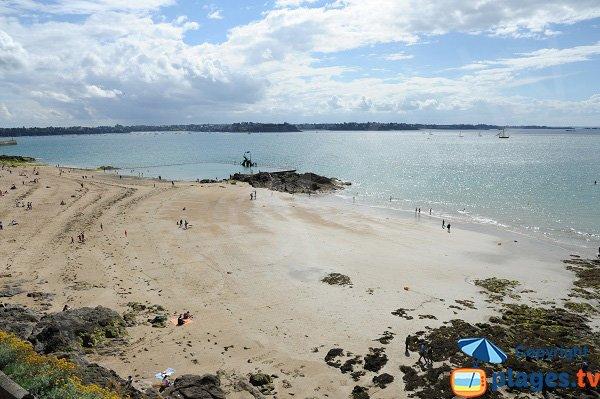 Plage de Bon Secours avec vue sur la baie de Dinard