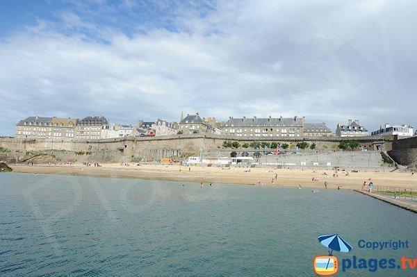 Vieille ville de St Malo avec sa plage de Bon Secours