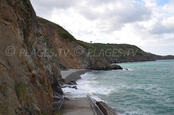 Plage de Bonaparte à marée haute en Bretagne