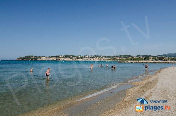Marche dans l'eau sur la plage de Bonnegrace