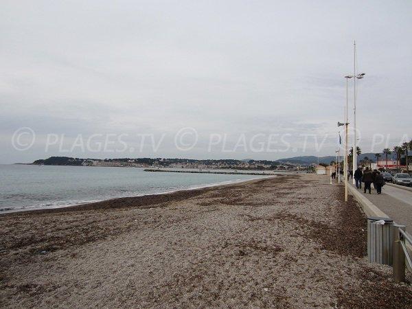 Promenade de Six Fours le long de la plage