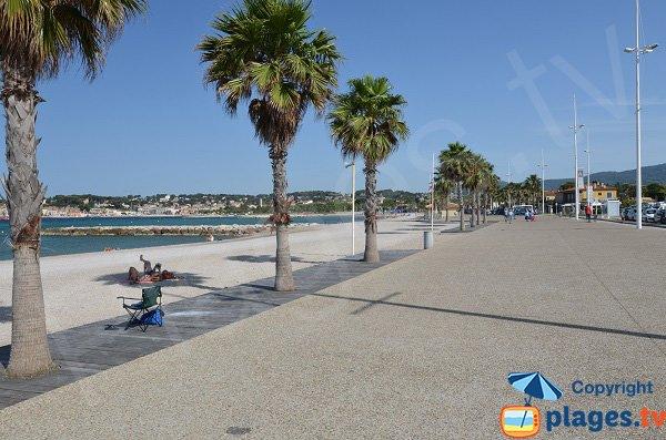 Promenade piétonne le long de la plage de Bonnegrace - Six Fours