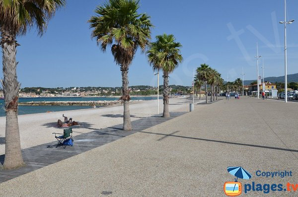 Pedestrian passeggiata lungo la spiaggia Bonnegrace - Six Fours