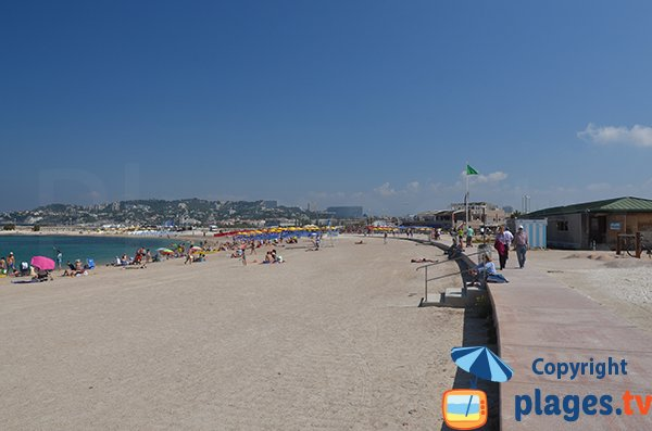 Promenade le long de la plage de Marseille du Prado