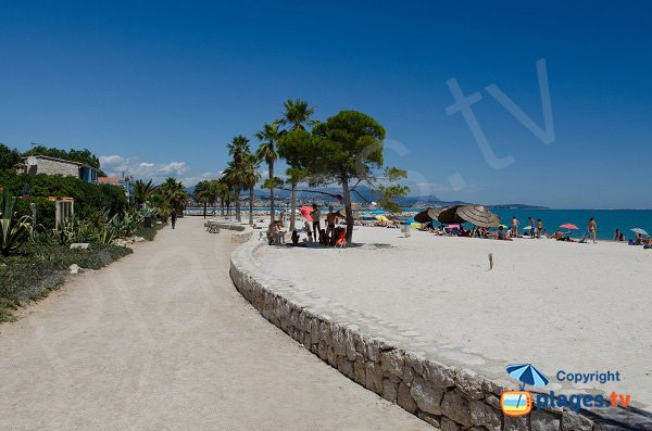 Promenade along the sand beach of Villeneuve-Loubet
