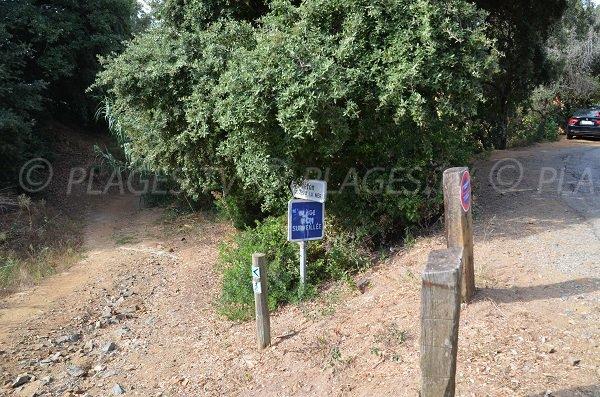 L'accesso alla spiaggia della Bouillabaisse dalla strada