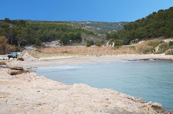 Vue sur la plage de l'Anse de Bourmandariel à Martigues