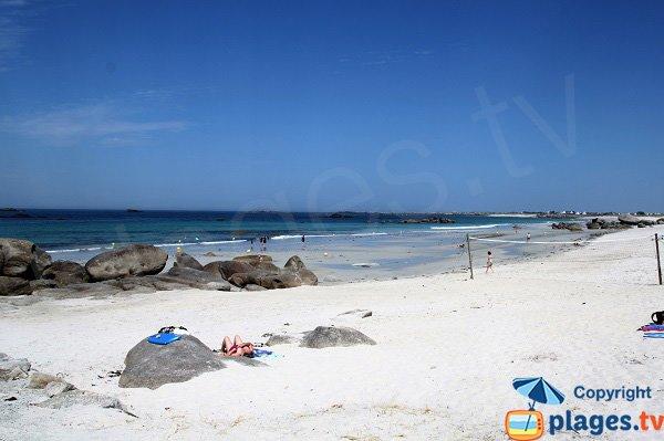 Belle plage de sable blanc à Kerlouan