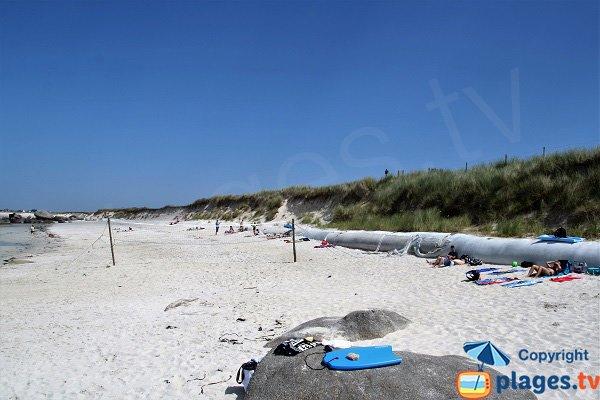 Plage avec des dunes à Kerlouan - Boutrouilles