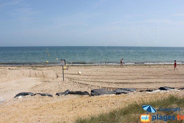 Cale de mise à l'eau sur la plage de Graye sur Mer