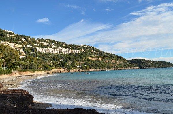 Belle vue sur le Cap Martin depuis cette plage de galets