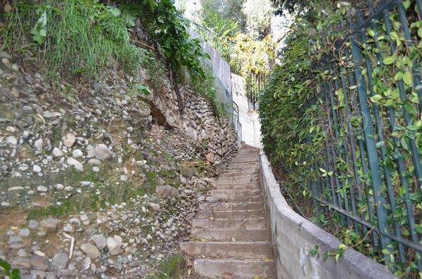 Escaliers pour se rendre à la plage de la Buse de Roquebrune