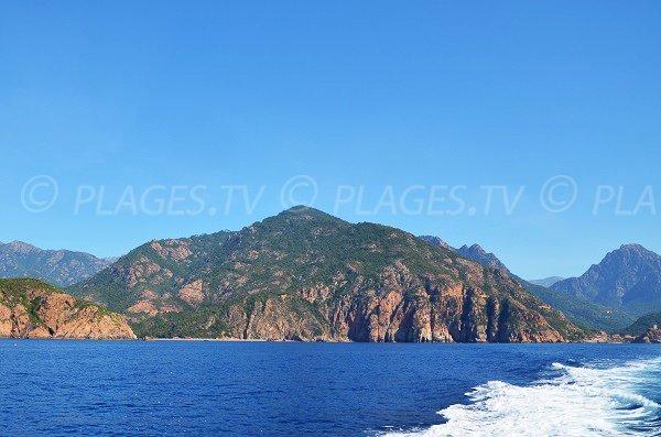 Plage de Bussaglia en Corse vue depuis la mer avec Porto