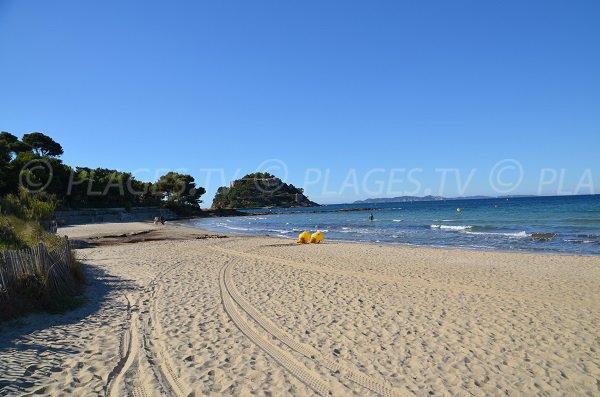 Spiaggia di Cabasson e vista sul forte di Bregancon