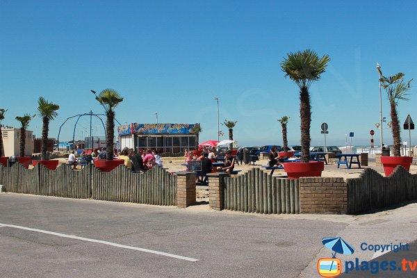 Table de pique-nique à côté de la plage de Calais