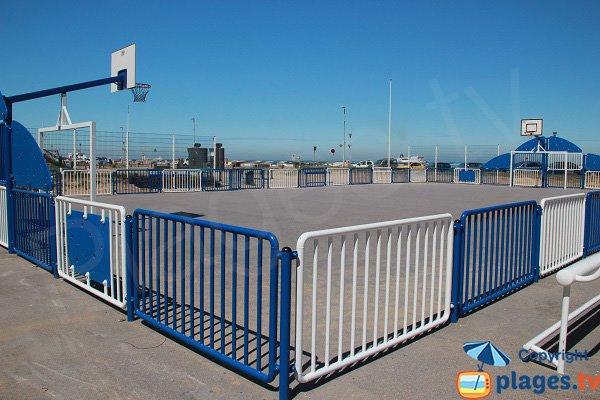 Terrain de basket à côté de la plage de Calais