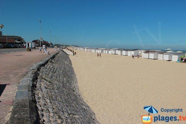 Digue de Calais avec vue sur les chalets
