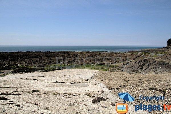 Crique avec des rochers à Saint-Nic pour la pêche à pied
