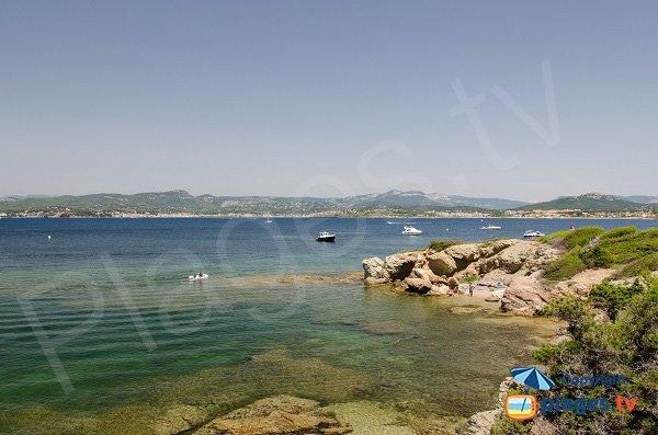 Crique sur les Embiez avec vue sur le port du Brusc