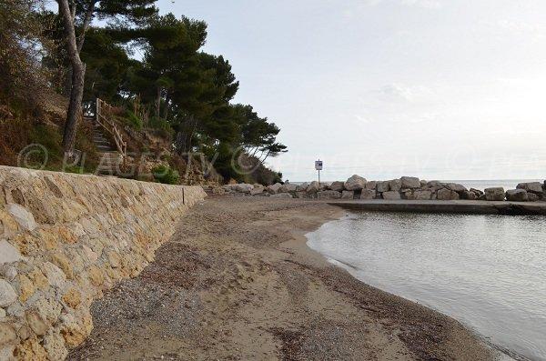 Spiaggia di sabbia e il molo a Carry le Rouet - Cap Rousset