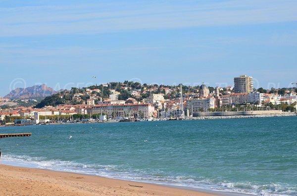 Vue sur St-Raphaël depuis la plage du Capitole