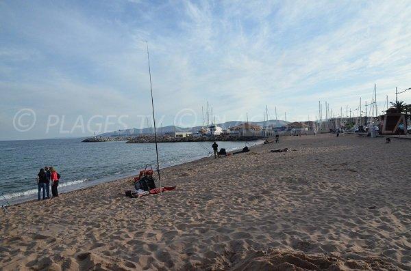 Extrémité de la plage du Capitole à côté de Port-Fréjus