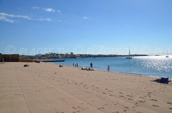Photo de la plage du Capitole avec vue sur l'Estérel et St Raphaël