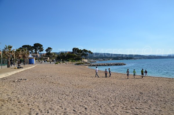 Capucins Beach in Ciotat - center